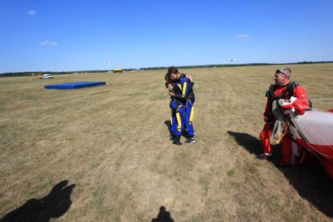 Gratulacje po skoku spadochronowym
