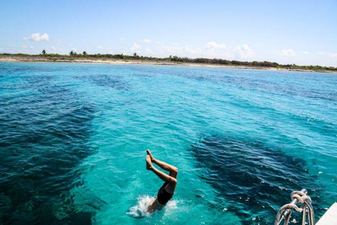 Skok do wody z katamaranu