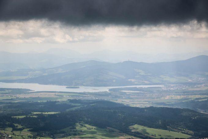Jezioro Orawskie i niewidoczna panorama Tatr