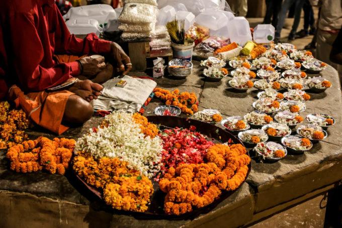 Indie Waranasi ceremonia kwiaty