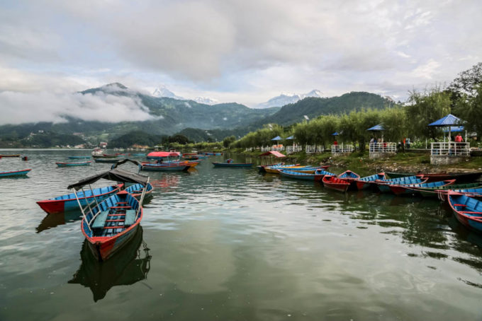 Nepal Pokhara panorama z jeziora
