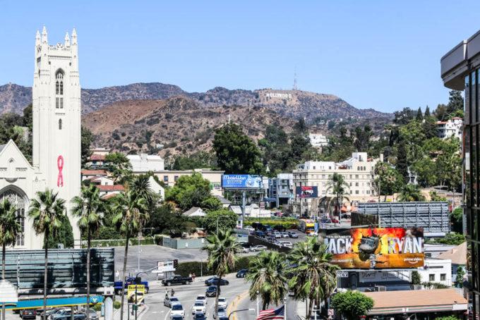 Hollywood znak z daleka