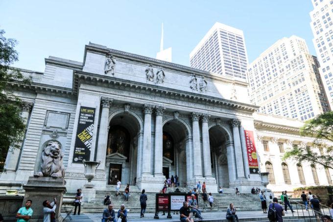 Przed gmachem Nowojorskiej Biblioteki Publicznej