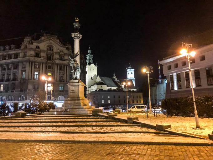 Lwów Pomnik Adama Mickiewicza nocą