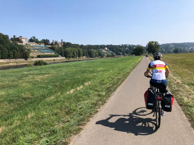 Droga rowerowa wzdłuż Łaby winnice i wille po wyjeździe z Drezna
