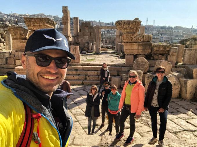 Jerash zwiedzając ruiny starożytnego miasta