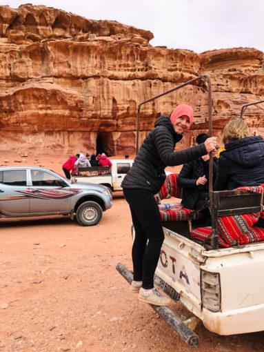 Wycieczka jeepami Wadi Rum jaskinia